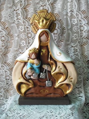 María y el Niño Jesús en material cerámico