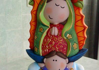 Virgen cerámica con un niño